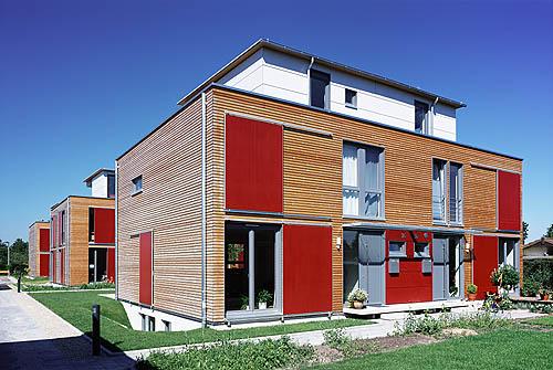 wohnbebauung  die wohnanlage ist als baugruppe organisiert und umfasst neun einfamilienhŠuser: acht doppelhaushŠlften in holzrahmenbauweise und einen winkelbungalow in massivbauweise. es handelt sich um ein modellprojekt der stadt karlsruhe.   erstellung: 2003-2004  standort: karlsruhe, friedrich-blos-stra§e  architekten: architectoo | schoch eichhorn bŸhler architekten sophienstra§e 159 76185 karlsruhe  www.architectoo.de aufnahme: september 2004